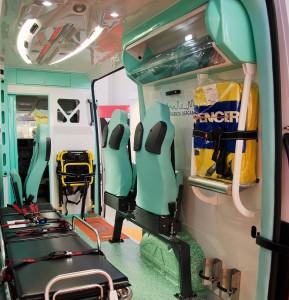 Gli allestitori, con uno spazio interno del vano sanitario superiore, possono garantire maggiore abitabilità. Ecco per esempio il Crafter MAF con doppia seduta regolabile, attrezzature Spencer e barella Ferno.