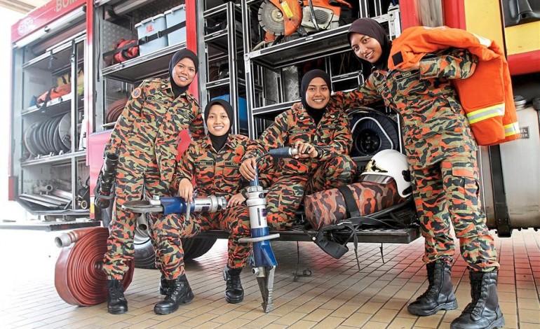 Vigili del Fuoco donne nel prestigioso corpo Bomba Malesiano. La Malesia è un paese a maggioranza musulmana.