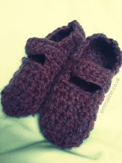 Crochet Mary Jane slippers by @twit_brit at Aeris Loves Amigurumi.