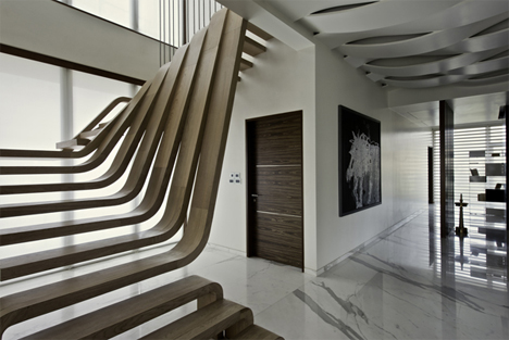 mumbai-sculptural-wooden-curved-treads-staircase