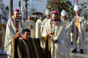 """El chamán, acompañado por Obispos, eleva las ofrendas a los """"dioses"""""""