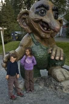 enfants-et-troll-en-bois-géant-Norvège voyage famille bergen