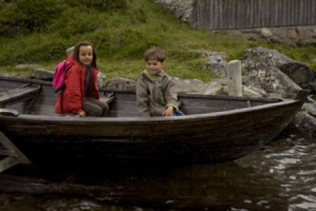 enfants-dans-barque-Norvège voyage famille