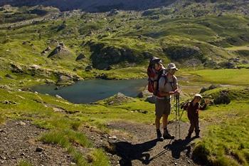 randonneurs-enfant-et-adulte-au-lac-des-Aires-Pyrénées