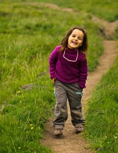 enfant-randonneur-sur-sentier-Queyra