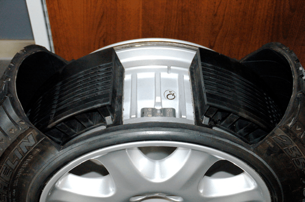 Auxiliary-supported run flat tires.