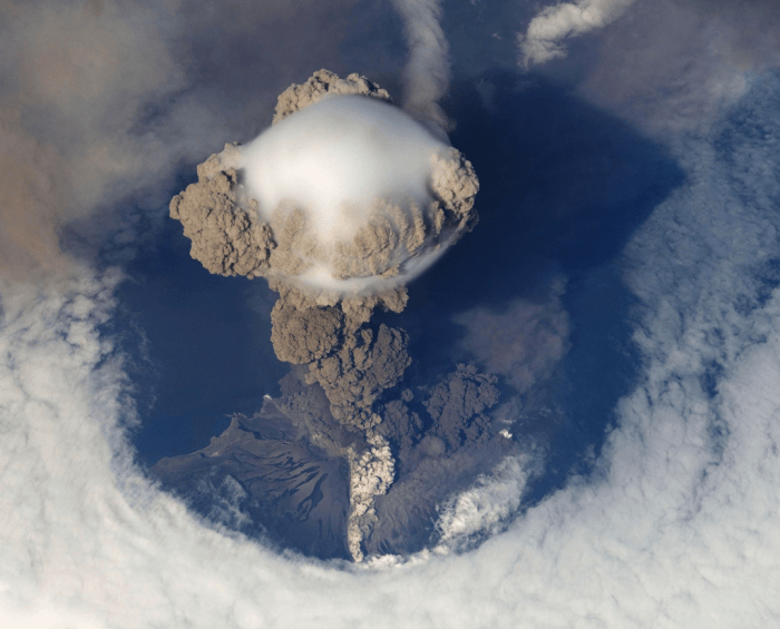 Explosive eruption due to a highly viscous magma mixture (Understanding Volcanic Eruptions)