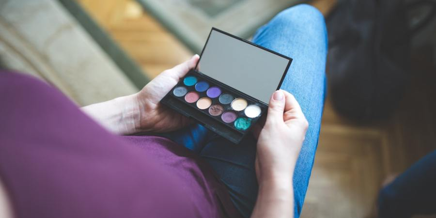 hands-colors-make-up-mirror
