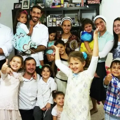 Fabio Erlich, de pie a la izquierda, con su familia y otros emigrados brasileños en la ciudad israelí de Modiin. (Cortesía de la familia Erlich)