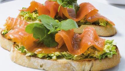 Tostas de aguacate con salmón y anchoas 2