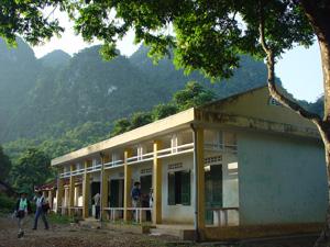 山の奥深くの小学校は2教室でしたが新築でした