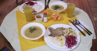"""Un """"almuerzo"""" typique à Cuenca avec entrée, plat, dessert et jus de fruit pour 3$"""