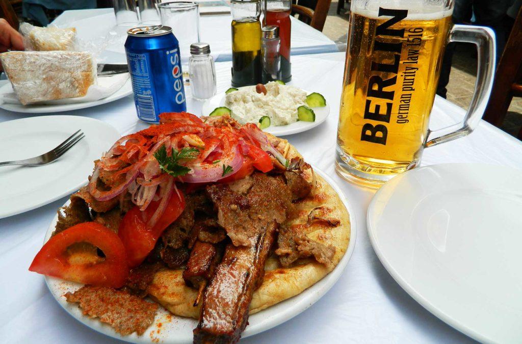 Quanto custa viajar para Grécia - Típico churrasco grego em restaurante de Atenas