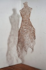 Francesca Romana Pinzari, Chimera, 2012, crini di cavallo e fil di ferro intrecciati cm 60x40x190