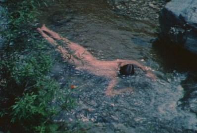 """Ana Mendieta, fotogramma dal video Untitled (Creek #2), 1974, film Super-8 trasferito su DVD, colore, muto, 3' 30"""", Collezione privata, Modena © The Estate of Ana Mendieta Collection Courtesy Galerie Lelong, New York"""
