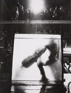 "Peter Moore, Jim Mc Williams' ""The The Intravenous Feeding of Charlotte Moorman"", IX Annual Avant Garde Festival of New York, stampa 1972. Dall'album ""Charlotte Moorman and Nam June Paik"", 1964-74, Edizioni Pari & Dispari, 1975. Serie n. 12/15."