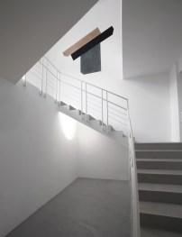 David Tremlett, Construct, 2013, pastello, cm 210x245 e Michel Verjux, Mini-découpe mur/plafond (source au sol), 2013, proiettore Courtesy A arte Studio Invernizzi, Milano Foto Bruno Bani, Milano