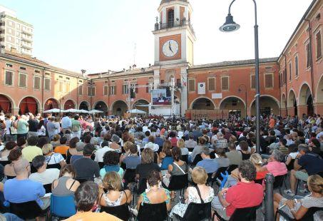 Il pubblico in piazza Garibaldi a Sassuolo Foto E. Baracchi e S. Campanini
