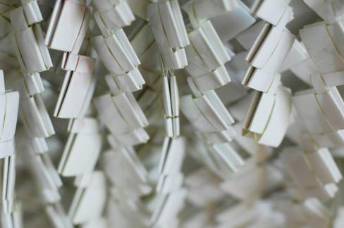 Valentina De' Mathà, Béance, chimici su carta emulsionata successivamente intrecciata, installazione dimensioni variabili, 200x80 cm circa Courtesy Valentina De' Mathà