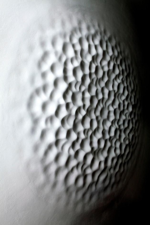 Loris Cecchini, Wallvave vibration (anatomy of a diagram), 2012, resina poliestere e pittura, ø220 cm, Fondazione Arnaldo Pomodoro, Milano Foto di Ugo Dalla Porta