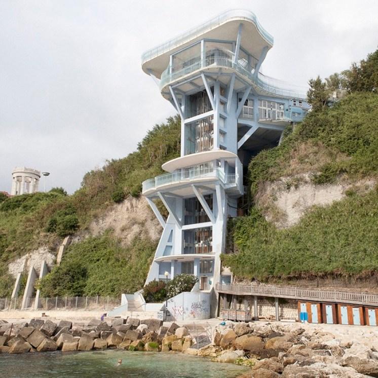 Quattro, TerraProject Photographers, Ancona, luglio 2009. L'ascensore per l'accesso alla spiaggia del Passetto.