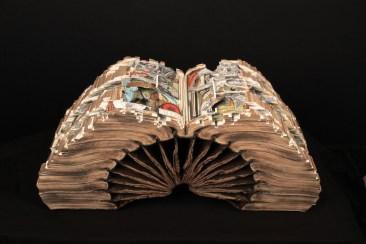 Brian Dettmer, Knowledge in Depth, 2013, libri con rilegatura rigida, vernice acrilica, 41.28x87.63x27.94 cm, @SchPhoto