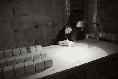 Greta Rento nel suo laboratorio a Fetre (BL)