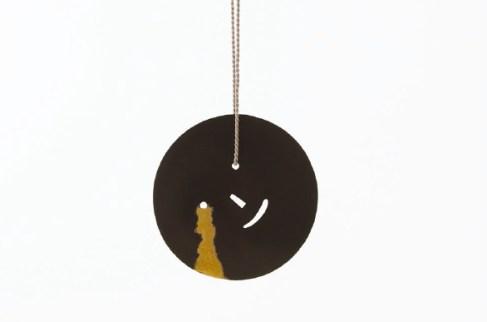 Akiko Kurihara, Smile and tears, 2013, collana in argento 925 ossidato, oro 18K e filo di seta, 6x6x0.1 cm, lunghezza filo 70 cm Courtesy Galleria Paraventi Giapponesi - Galleria Nobili, Milano