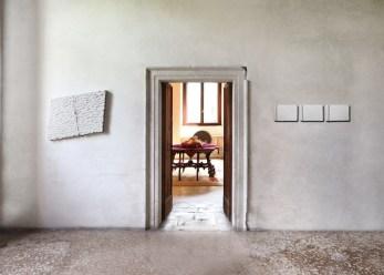 Pino Pinelli, (da sinistra a destra) Pittura B., 2008, tecnica mista, 70x85 cm; Pittura B., 2003, tecnica mista, 22x103 cm, veduta parziale dell'esposizione, Villa Pisani Bonetti, Bagnolo di Lonigo 2016 Courtesy Associazione Culturale Villa Pisani Contemporary Art Foto Bruno Bani, Milano