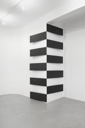 Lesley Foxcroft, Stacked (vertical corner), 2017, M.D.F. nero, 350x210x17 cm © A arte Invernizzi, Milano Foto Bruno Bani, Milano