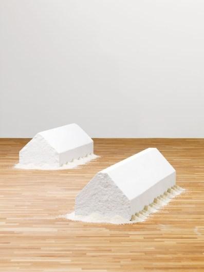 Wolfgang Laib, Rice House, a sinistra: 2000-2001, marmo bianco e riso 47x57x156 cm Collezione privata a destra: 2011, marmo bianco e riso 45x55x215 cm Collezione privata © 2017 Hartmut Nägele