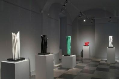 """Pablo Atchugarry. Tra terra e cielo, veduta della mostra, Sala """"R. Falchi"""", Palazzo del Parco, Diano Marina (IM) Courtesy Civiero Art Gallery, Diano Castello"""