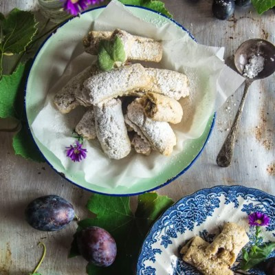 Frollini rustici con farina d'avena, uva e prugne