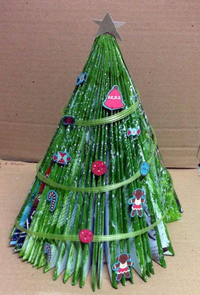 decoracao arvore de natal reciclavel:Passo-a-passo Árvore de Natal com revistas