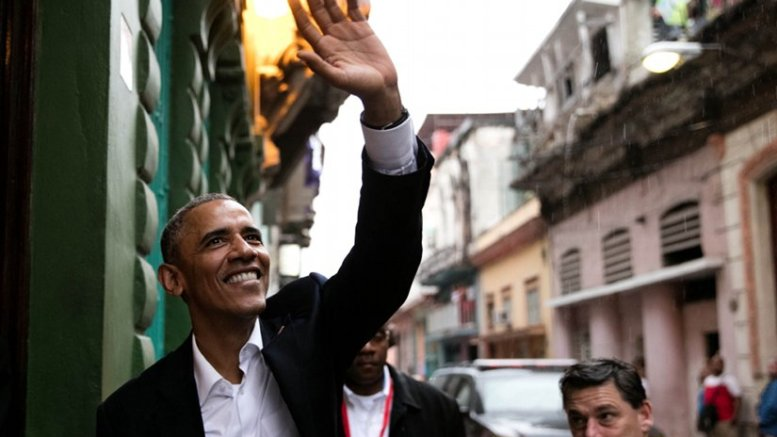 President Barack Obama waves to people as he enters a restaurant in Havana, Cuba, Sunday, March 20, 2016. (Official White House Photo by Pete Souza)