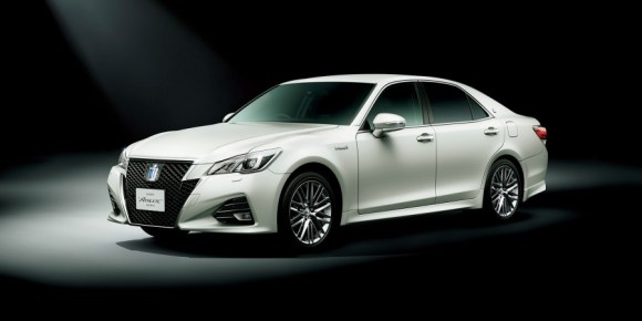Toyota-Crown-Athlete-front-three-quarter-official-900x450