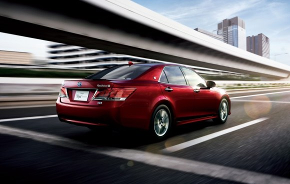 Toyota-Crown-Royal-rear-official-900x571
