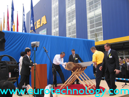 Opening ceremony of the IKEA store in Funabashi: the Mayor of Funabashi and the IKEA store manager saw a log