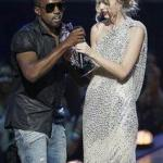 kanye_west&taylor_swift(2009-west-takes-mic-from-swift-med)