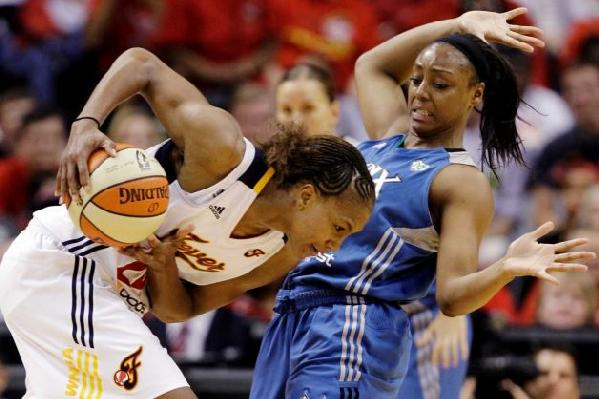 Tamika Catchings (Indiana Fever) and Monica Wright (Minnesota L:ynx)
