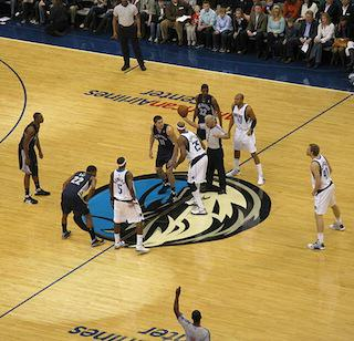 Grizzlies_Mavericss_jump_ball