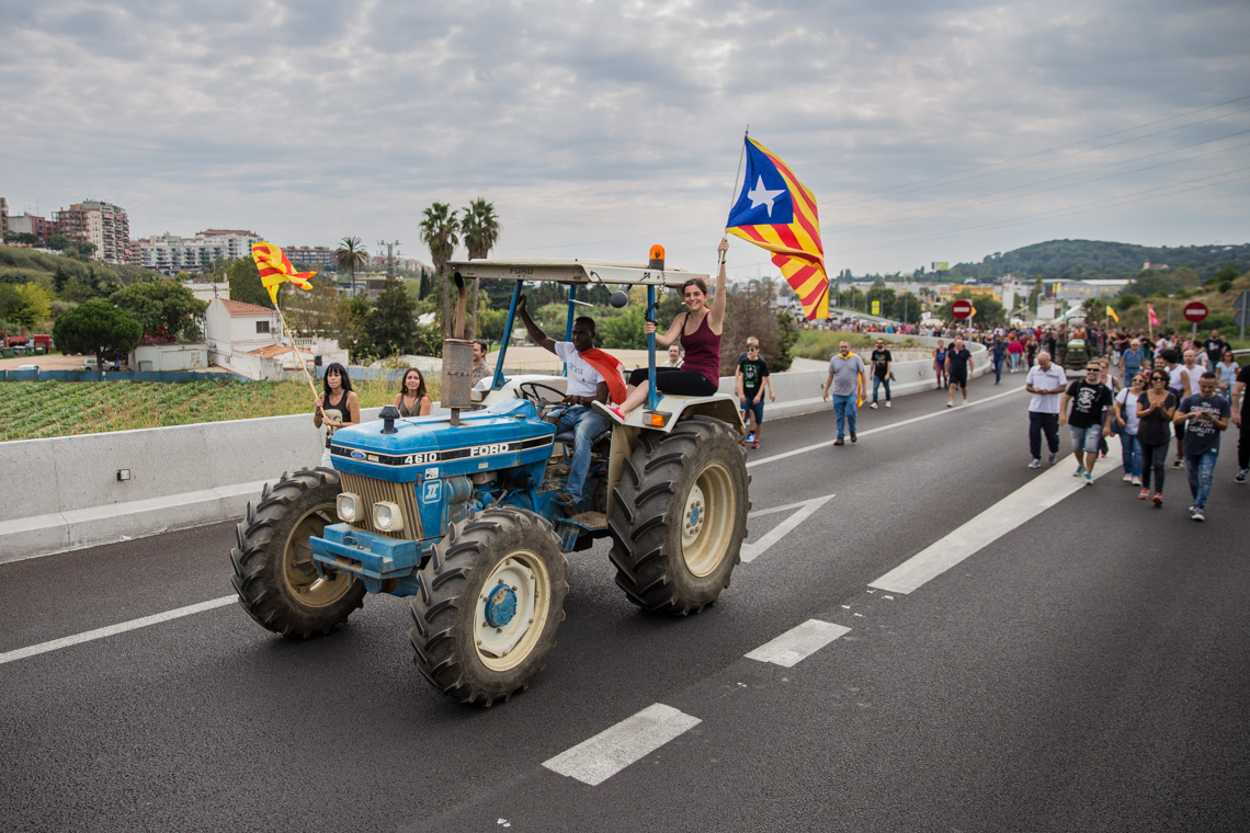 General Strike against the violence during the Catalan referendum on 1-O. People and farmers have cut the traffic in the highway as a demonstration against the violence during the Catalan Referendum. Mataró (Barcelona). Photo: Eva Parey