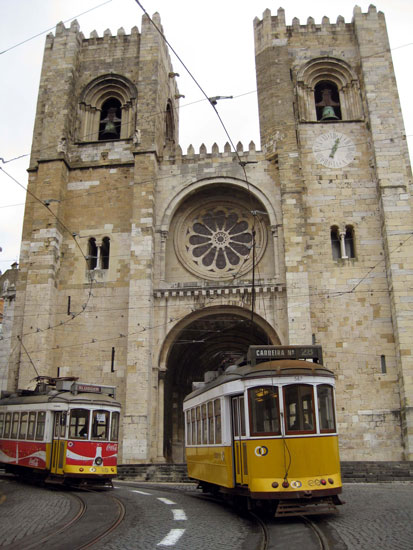 reasons-why-you-should-use-public-transportation-lisbon streetcar