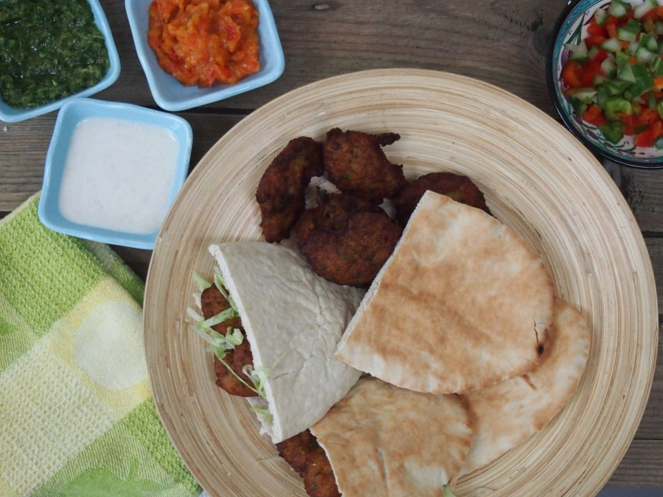 Inspired by the falafels of the Middle East, I sometimes serve it with pitta bread, a simple salad and various sauces (chilli, hummus or tahini, and salsa verde).