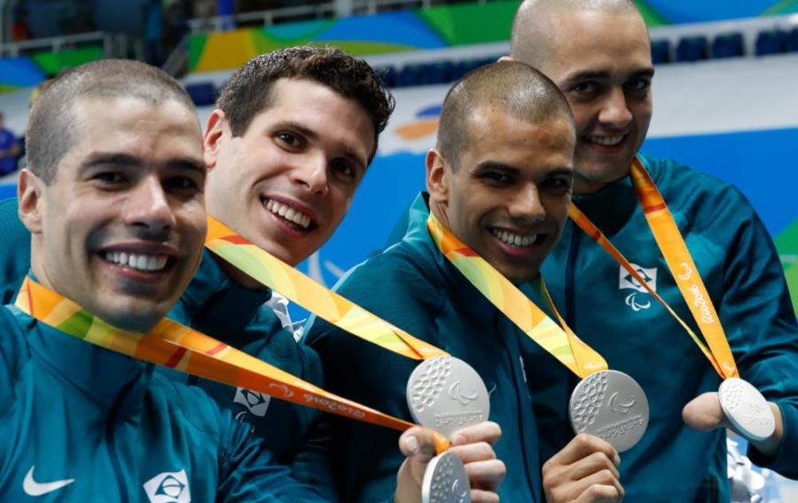 Quarteto brasileiro exibe as medalhas de prata conquistadas no revezamento (Foto: Marcelo Sá/MPIX/CPB)