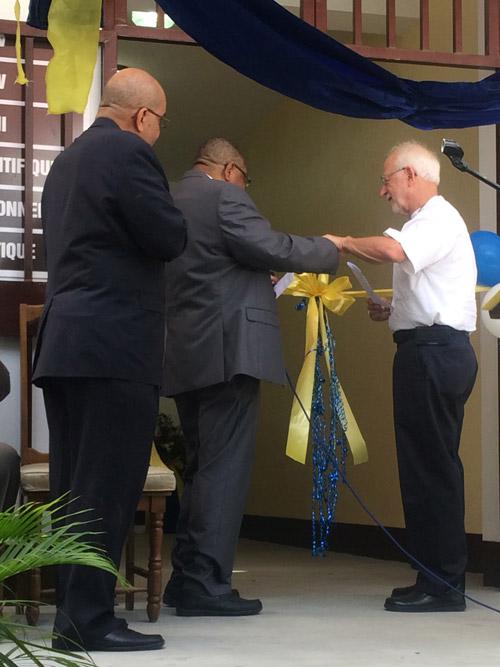 Representantes da Igreja Metodista do Haiti e UMCOR cortam a fita cerimonial na entrega de um novo prédio da escola secundária | Foto: Lauren James