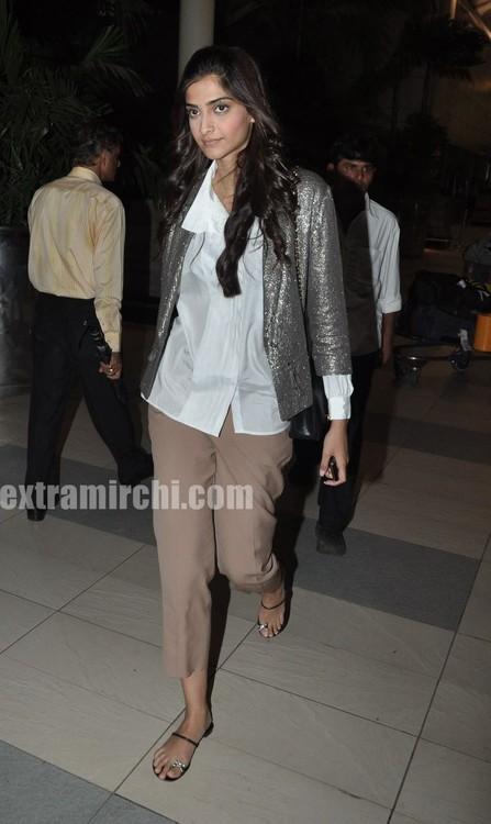Sonam-Kapoor-returns-from-IHLS-Ahmedabad-Promotions-3.jpg