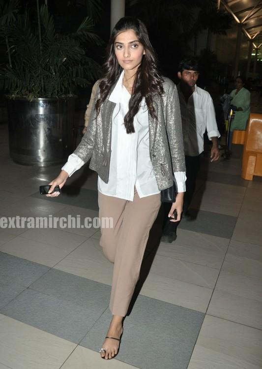Sonam-Kapoor-returns-from-IHLS-Ahmedabad-Promotions-4.jpg