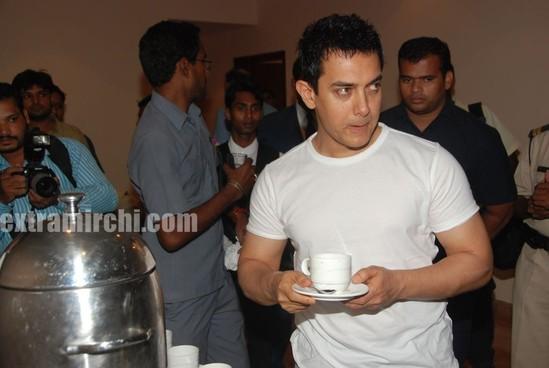Aamir-Khan-unveils-Peepli-Live-first-look-3.jpg