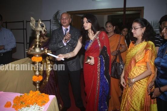 Bhagyashree-inaugrating-the-Royale-wedding-show.jpg